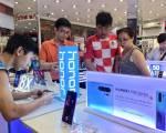 Huawei im lặng, các nhà bán lẻ Việt 'không biết tính sao'
