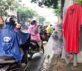 Thời trang mùa mưa 'ẩm ương' theo thời tiết
