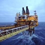 Tăng khai thác dầu thô khi giá thấp là bất lợi