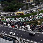 Đường vào sân bay Tân Sơn Nhất: 30.000 lượt xe dồn vào một cổng
