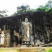 Buduruwagala tráng lệ tượng xưa trong núi