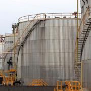 Giá dầu thế giới lên đỉnh 5 tháng