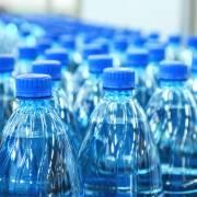 Nước đóng chai chứa hạt vi nhựa: đáng lo hay không?