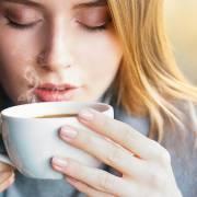 Mẹ uống cà phê nhiều có thể làm hại gan của con