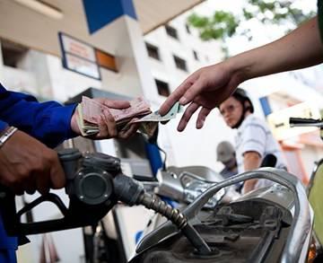 Không tăng giá xăng dầu trước Tết
