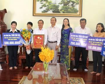 Gia đình Bí thư tỉnh ủy Bình Dương ủng hộ người nghèo 900 triệu đồng