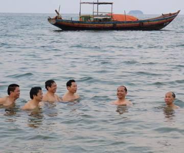 Giám đốc Sở TN-MT Hà Tĩnh tắm biển Thiên Cầm