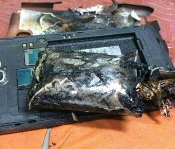 Samsung Galaxy Note 2 bốc khói gây báo động trên máy bay