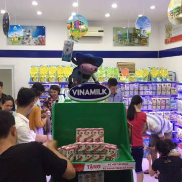Khách đến cửa hàng FPT để mua… sữa Vinamilk