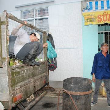 Xe rác nhong nhong trên phố đến bao giờ?