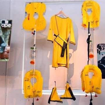 AirAsia tái chế áo phao cũ thành sản phẩm điệu đàng