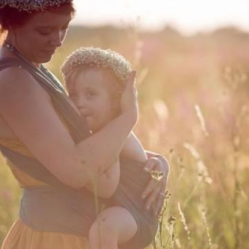 Bầu sữa mẹ không chỉ để nuôi dưỡng