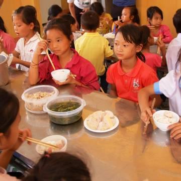 Giám sát bữa ăn trưa học sinh, chuyện khó!