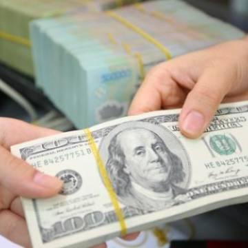 Các ngân hàng bất ngờ hạ giá USD