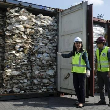 Malaysia trả lại 3.300 tấn rác thải nhựa cho 'các quốc gia giàu có'