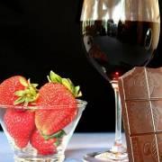 Dâu tây, rượu vang mang lại hạnh phúc cho quý ông