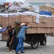 Giao thương với Trung Quốc: Hàng đi đường tiểu ngạch dễ như bán cà rem