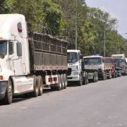 'Chạy thuế tự vệ', xe tải xếp hàng dài chờ nhận thép