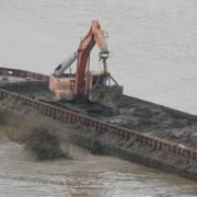 Hà Nội kiểm tra việc đổ hàng trăm tấn chất thải xuống sông Hồng