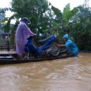 Mưa kéo dài, người dân miền Trung lại chìm trong nước lũ