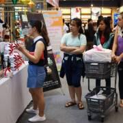Nghỉ lễ, người dân TPHCM đổ về các trung tâm thương mại mua sắm