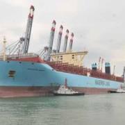 Siêu tàu container cập cảng Cái Mép