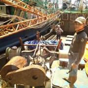 Tiếp tục lấy 10 mẫu vỏ thép của tàu cá Bình Định để kiểm định