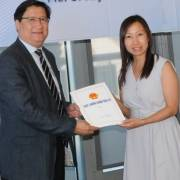 Qua Mỹ trao giấy phép đầu tư cho doanh nghiệp Việt kiều