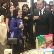 Thủ tướng Thái và gian hàng Việt
