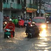TP.HCM lo ngập lụt khi mưa bão đổ bộ, hồ Dầu Tiếng xả lũ