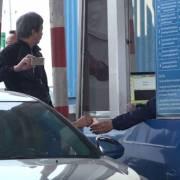 Tài xế lại dùng tiền lẻ mua vé qua trạm BOT Quốc lộ 5