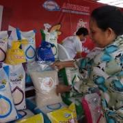 Muốn bán giá cao, hạt gạo không thể gánh hai vai