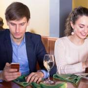 Ăn kém ngon nếu dùng điện thoại khi ăn