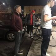 Bill Gates xếp hàng chờ mua đồ ăn nhanh