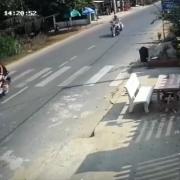 Bỏ chạy khi gặp CSGT, 2 cô gái không đội mũ bảo hiểm gặp nạn thương vong