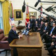 Trump tuyên bố lùi ngày nâng thuế với hàng Trung Quốc