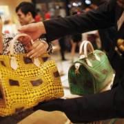 Người Trung Quốc mua sắm hơn 1/3 hàng xa xỉ toàn cầu
