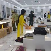 Thu giữ lượng lớn hàng nhái tại hai trung tâm mua sắm ở Móng Cái, Quảng Ninh