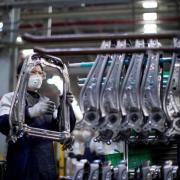 Các nhà máy Trung Quốc khốn đốn hơn khi Covid-19 lan sang Hàn Quốc, Nhật Bản