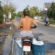 [Photo] Người Tiền Giang đội nắng đi mua nước ngọt về tưới cây