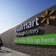 Walmart tăng lương và tuyển thêm người do lượng mua tăng cao