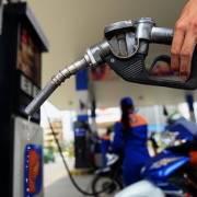 Giá xăng tăng mạnh, vượt mức 20.000 đồng/lít