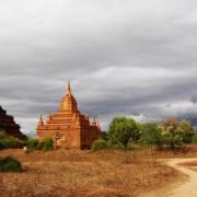 Đi xe thổ mộ ngắm Bagan bữa gió mưa hạ
