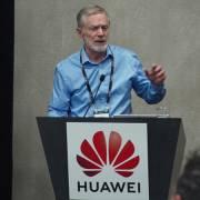 Huawei – 'người khổng lồ chân đất sét'