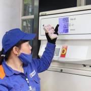 Giá xăng giảm, giá dầu tăng