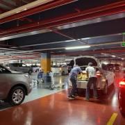 Kéo vali leo 4 tầng để đón xe tại sân bay Tân Sơn Nhất