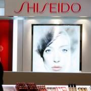 Các hãng mỹ phẩm lớn Nhật Bản đương đầu với 'thù trong, giặc ngoài'