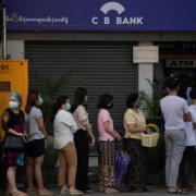 Lo hệ thống ngân hàng sụp đổ, người dân Myanmar ồ ạt rút tiền mặt
