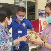 DN HVNCLC trao 400 phần quà tiếp sức y bác sĩ tại tâm dịch Gò Vấp