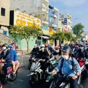 TP.HCM ngày thứ tư giãn cách: 'giấy thông hành' ùn ùn chạy ngoài đường